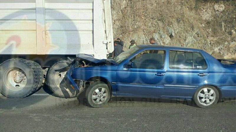 En el vehículo compacto viajaban 4 menores y un adulto, por lo que automovilistas que se percataron del accidente se estacionaron para apoyar a los lesionados y en cuestión de minutos arribaron paramédicos de Rescate y Salvamento