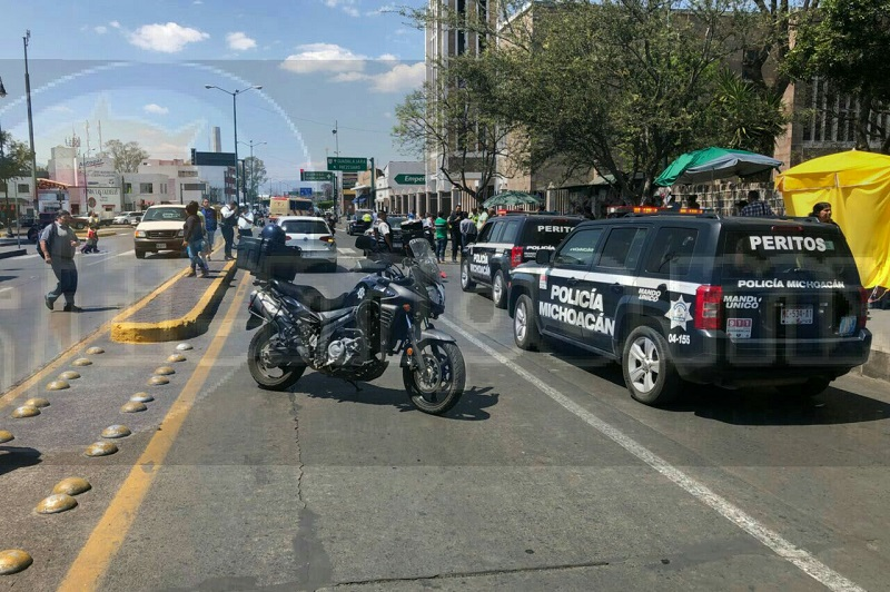 El agente motorizado no se percató de que la patrulla y el auto particular se habían parado para ceder el paso a una persona, por lo que impactó a ambas unidades