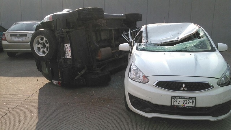 La camioneta cayó de una altura de aproximadamente 4 metros
