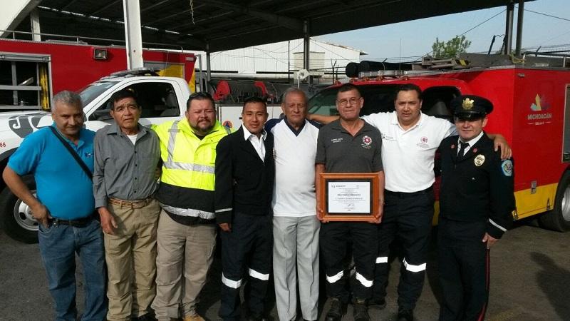 Con un emotivo homenaje, sus compañeros bomberos lo despidieron después del último pase de lista al entregar su guardia, agradeciéndole los años de servicio en pro de la ciudadanía del estado