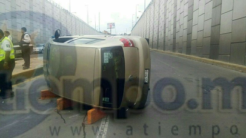 Por ello se trasladaron unidades de la Policía Michoacán, quienes cerraron el carril con dirección al norte de la ciudad, ya que un vehículo Volkswagen tipo Lupo, de color arena, con placas de circulación PSS-5364 de esta entidad había volcado y otro lo había impactado