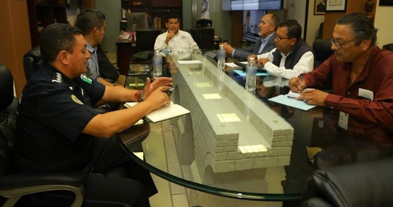Las policías Michoacán y Federal, así como las Secretarías de la Marina Armada de México y de la Defensa Nacional, mantienen patrullajes constantes en los sectores asignados a cada corporación a lo largo de los 310 kilómetros que comprende la vía de comunicación federal
