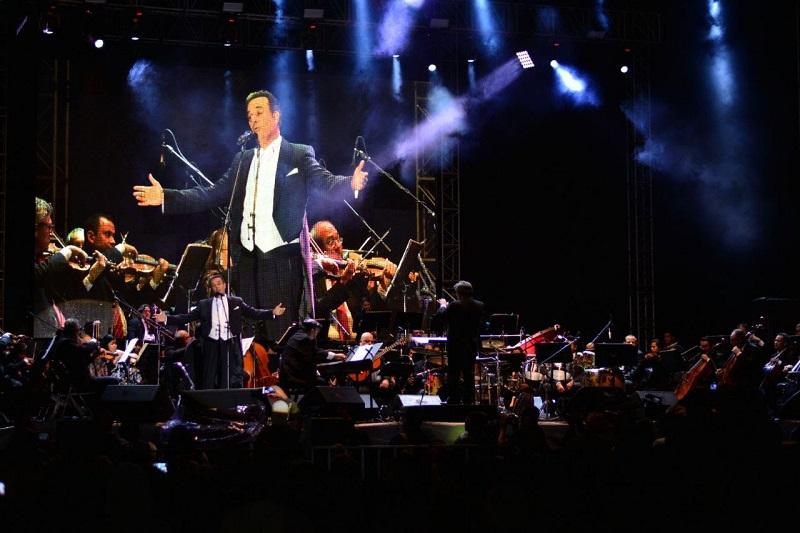 El cantante de ópera se presentó esta noche en el Recinto Ferial para deleitar al público michoacano que se dio cita para escuchar a una de las figuras mexicanas más reconocidas en su género