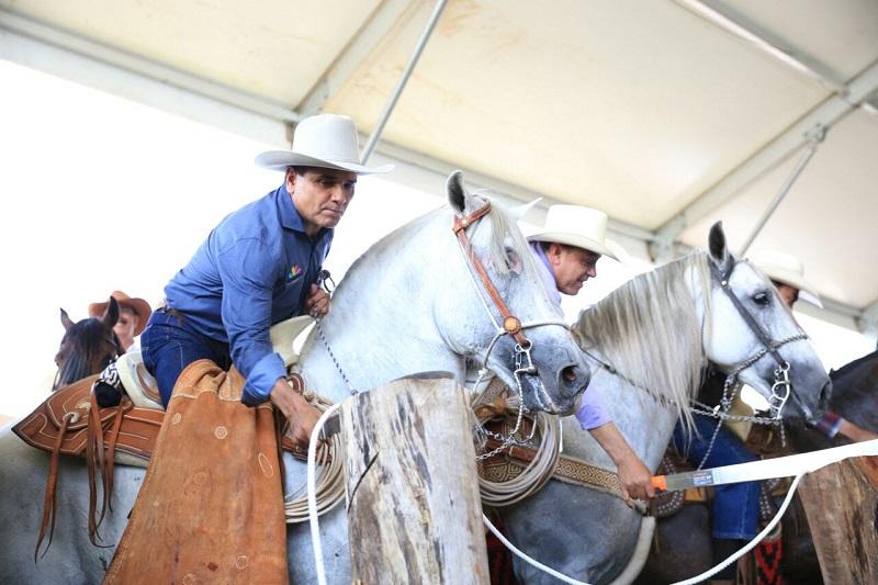 """Previamente, se llevó a cabo la tradicional cabalgata """"Amigos del Caballo"""" que recorrió los municipios de Indaparapeo y Charo"""