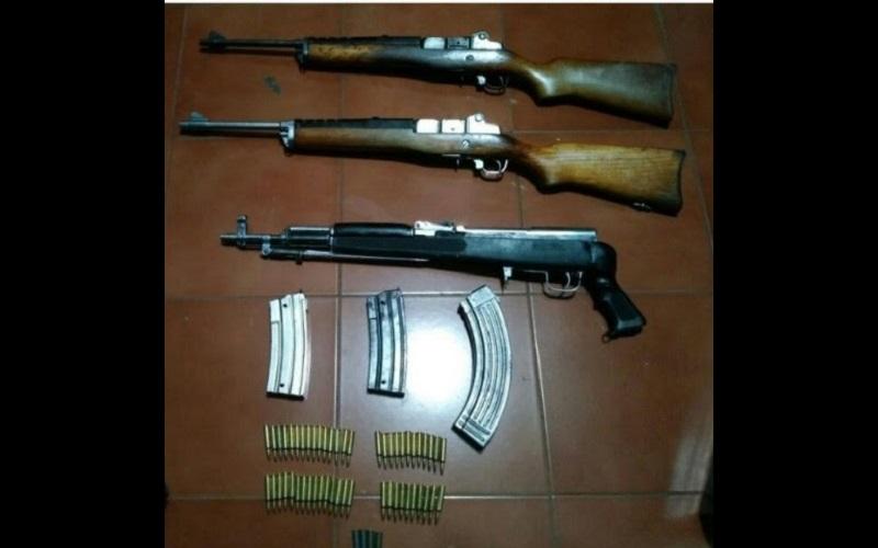 Además de las armas, también se aseguraron tres cargadores y 56 cartuchos útiles, los cuales serán puestos a disposición de la autoridad correspondiente, junto con el detenido