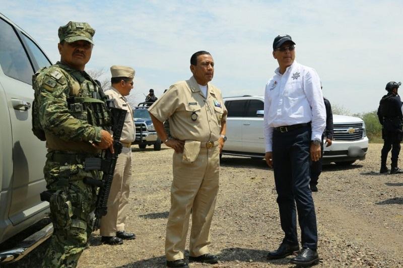 Esta tarde, el titular de la SSP, Juan Bernardo Corona, y el responsable de la Décima Zona Naval, el Almirante Salvador Gómez, supervisaron el lugar en donde se mantendrán desplegados elementos de la Secretaría de Marina y Policía Michoacán