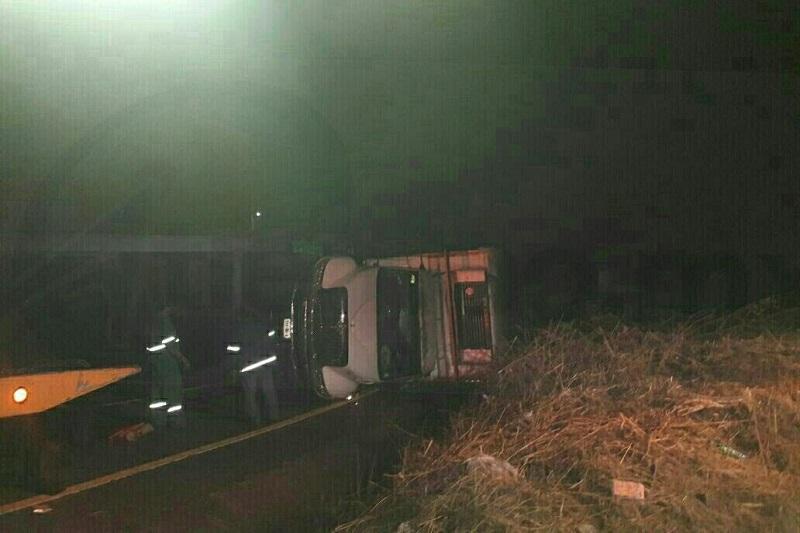 Al llegar al kilómetro 93+000 entronque a Caracha, aparentemente la unidad se quedó sin frenos y el conductor perdió el control para posteriormente volcar en su costado izquierdo