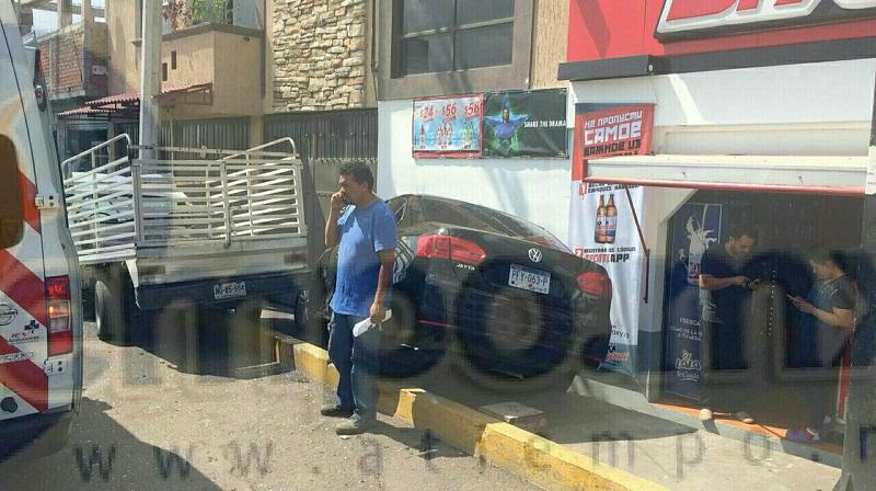 El vehículo después del percance terminó chocando contra la barda de una tienda de abarrotes, resultando una persona lesionada