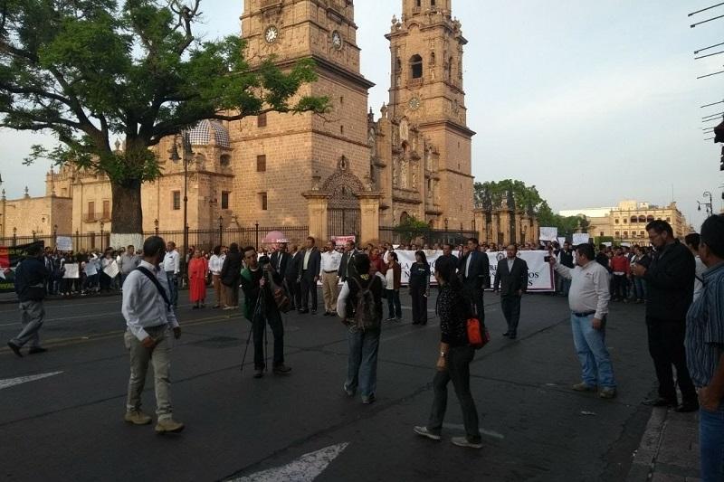 Con la Banda de Guerra de la UMSNH por delante, los estandartes de las dependencias universitarias y dos grandes mantas pidiendo presupuesto suficiente para la Casa de Hidalgo, unas mil personas arribaron a las puertas del Congreso del Estado