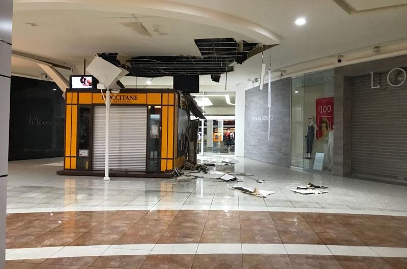 De igual forma, se llevó a cabo el desalojo de otra tienda departamental en la misma zona y se retiró un poste caído en la Colonia Trincheras de Morelia