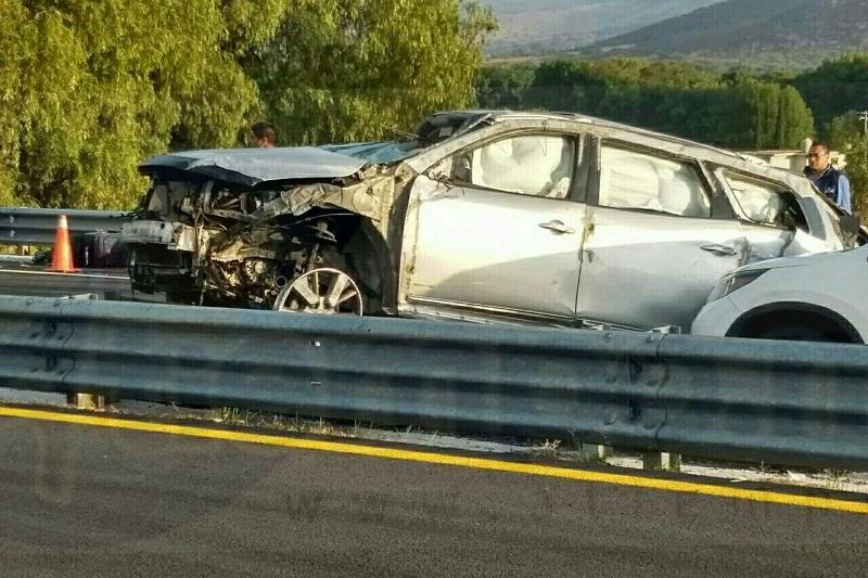 El accidente ocurrió minutos antes de las 08:00 horas cuando una camioneta de modelo reciente circulaba sobre la autopista Guadalajara - México y al llegar al kilómetro 150+500 aparentemente debido al exceso de velocidad el conductor perdió el control
