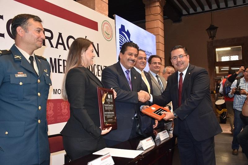El diputado Presidente de la Mesa Directiva del Congreso de Michoacán, Roberto Carlos López García, hizo entrega del reconocimiento al director del Instituto Tecnológico de Morelia, Ingeniero Paulino Alberto Rivas