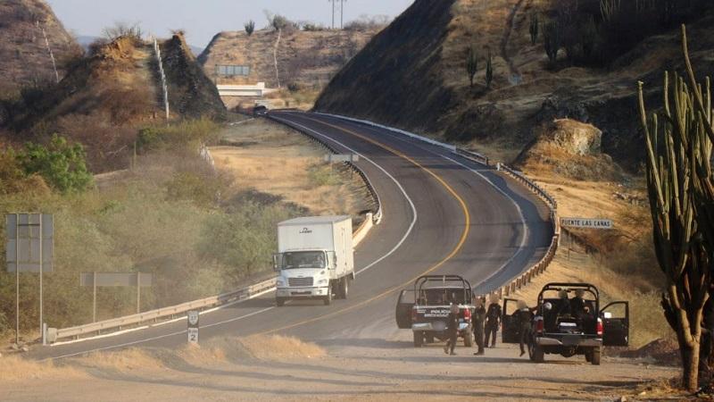 El personal de la Policía Michoacán instaló filtros de revisión de antecedentes penales a personas y vehículos en las salidas a Guerrero, Petacalco, Playa Azul, así como en las tenencias de Guacamayas y La Mira, el Boulevard Costero y la isla de La Palma