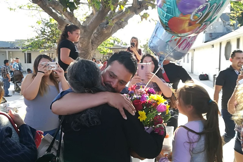 """Ambos grupos fueron recibidos por sus seres queridos entre llanto, risas, abrazos, flores y regalos, a ritmo de canciones como """"Caminos de Michoacán"""", """"Paloma Mensajera"""" y """"Juan Colorado"""", entre otras, acompañadas por música de mariachi"""