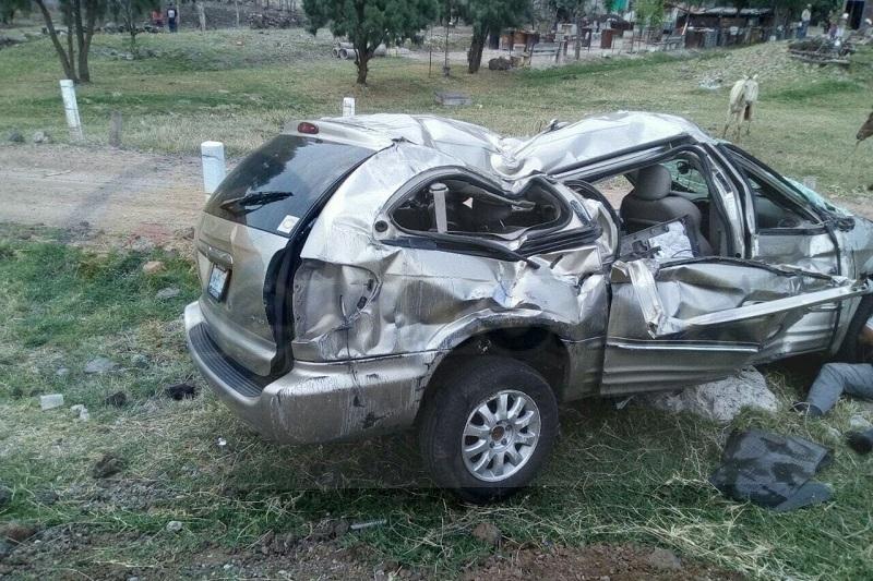 Se trató una camioneta tipo Town Country, de color arena, con placas de circulación GNW-2512 del estado de Guanajuato, la cual volcó y quedó afuera de la cinta asfáltica