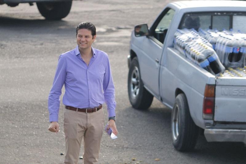 Durante las primeras horas de este martes, el candidato independiente invitó a la ciudadanía que caminaba por la zona del crucero del Mercado de Abastos y automovilistas que transitaban por el lugar, a votar por su proyecto