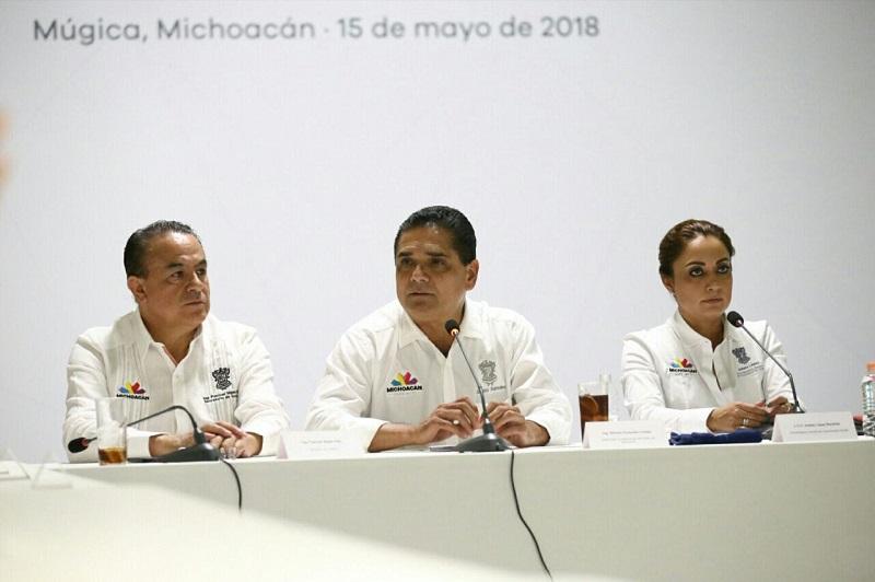 Silvano Aureoles y la titular de la CGCS, Julieta López, se reúnen con representantes de medios de comunicación de la región Infiernillo.
