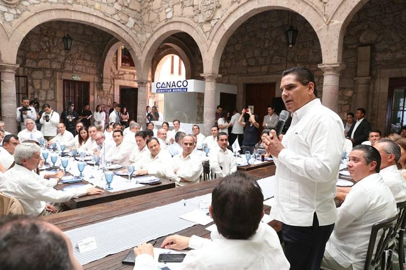 El mandatario estatal señaló que los ejes que tomó como prioritarios en su labor al frente del Ejecutivo Estatal - educación de calidad, saneamiento de las finanzas y seguridad-, son indispensables para crear sinergias que detonen la generación de negocios y condiciones para el desarrollo de Michoacán