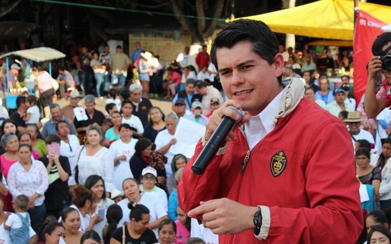 """El primer compromiso, puntualizó: """"Es que ya no quiere Michoacán senadores de curul, ni senadores que sólo estén en México; Michoacán quiere que los senadores regresen y el compromiso es regresar con Zinapécuaro, aquí con ustedes"""""""