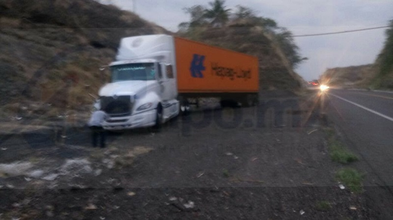 """Fue sobre la madrugada de este miércoles qué empleados de la empresa de seguridad privada de transporte """"BICEFALA"""" a bordo de una camioneta blindada con número económico 542 fueron interceptados sobre el tramo carretero Uruapan – Cuatro Caminos"""