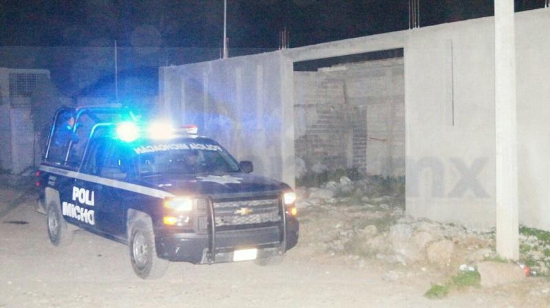 Al lugar arribaron elementos de la Policía Michoacán quienes acordonaron el área en espera de la Unidad Especializada en la Escena del Crimen (UEEC) para realizar las primeras indagatorias