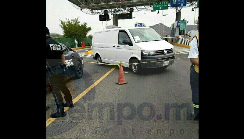 Ambos ocupantes del vehículo emprendieron la fuga del lugar, no obstante los delincuentes dispararon en repetidas ocasiones en contra del vehículo por lo cual los disparos hicieron blanco en la humanidad del conductor