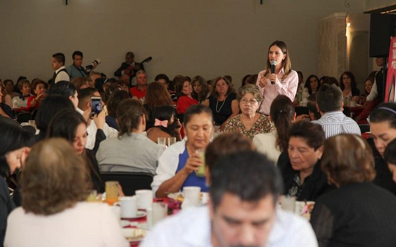 Daniela de los Santos dijo a los docentes que una de las molestias de los ciudadanos ante el gobierno municipal es la corrupción y la falta de acceso para conocer la ejecución de los recursos
