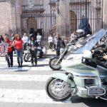 Frente a la Catedral de Morelia, Julieta López explicó que la Caravana Motociclista de Don Mundo por el País de la Monarca es organizada desde hace 17 años de manera ininterrumpida por Héctor Edmundo Tinajero