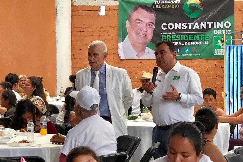Los adultos mayores, aprovecharon este encuentro con el candidato Constantino Ortiz para reclamar la deforestación de sus bosques para plantar huertas de aguacate, lo que les ha provocado escases del agua en sus domicilios, de ello, acusaron directamente al diputado federal, Marco Polo Aguirre