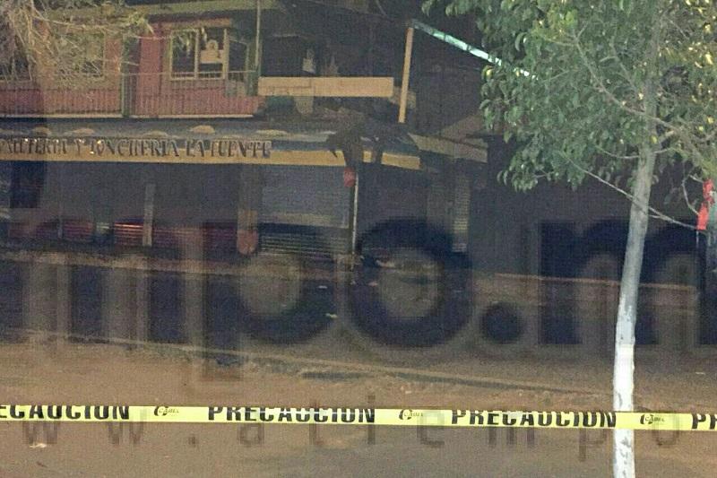 Al respecto se informó que poco antes de las 03:00 horas automovilistas que transitaban por la zona reportaron que en la esquina de la Calzada Fray Juan de San Miguel y la Avenida Lenin, justo afuera del referido mercado estaba el cuerpo de un hombre tirado en medio de un charco de sangre
