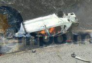 El auto quedó con las llantas hacia arriba calcinado y en su interior tres personas sin vida, mientras que otras dos fueron rescatadas por paramédicos de Rescate y Salvamento aún con vida y fueron trasladadas a un hospital privado del municipio de Lázaro Cárdenas
