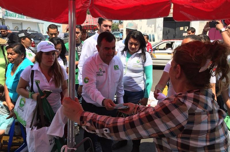 """Constantino Ortiz recorrió el mercado de la Avenida del Pedregal para impulsar la iniciativa """"Juega de Local"""" que es uno de sus ejes de campaña"""