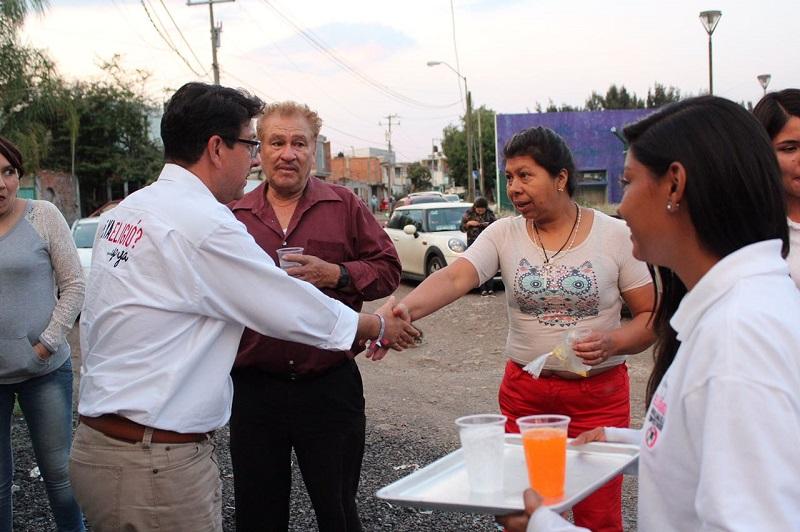 """Eligio González reprobó que en la administración actual se haya invertido una """"millonada"""" de dinero del erario público para colocar luces de color morado para el alumbrado de la Catedral"""