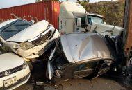 Un tracto camión marca Kenworth, de color blanco, con placas del servicio público federal aparentemente se quedó sin frenos al llegar al kilómetro 89+500 entre la desviación a la comunidad de Caracha y la caseta de peaje de San Ángel