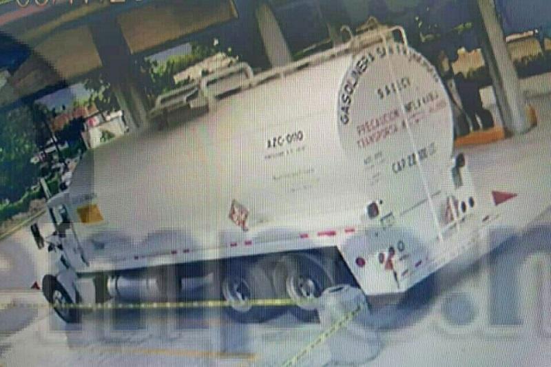 El hecho se registró minutos después de las 08:00 horas, sobre la referida vía de comunicación circulaba un camión tipo pipa, de color blanco, con placas del Transporte Público Federal, cargada con combustible que iba a ser llevado al municipio de La Huacana