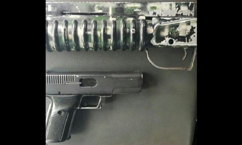 Durante la revisión de antecedentes, el automotor arrojó reporte de robo, por lo que con las armas y la unidad, Jesús M., de 26 años de edad, será puesto a disposición de la autoridad jurídica