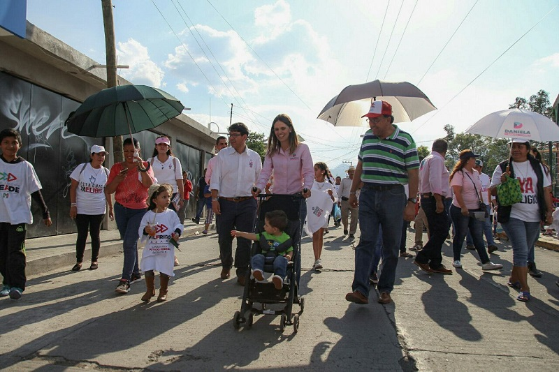 En la colonia Solidaridad las familias salieron a las calles para saludar y exponer sus necesidades a Daniela de los Santos Torres, quien esta tarde recorrió las calles de esta colonia