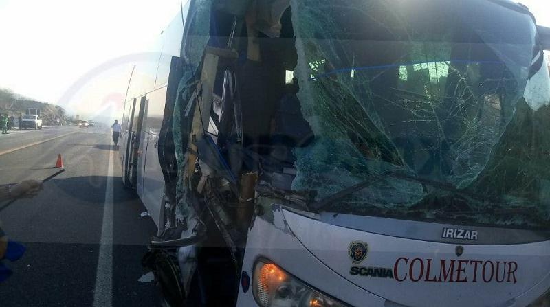 Elementos de la Policía Federal fueron los encargados de realizar el peritaje del accidente y retirar las unidades a un corralón