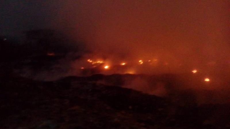 El incendio que inició este sábado en el relleno sanitario que se ubica en la carretera libre a Lombardía se encuentra sin control y afectando a gran parte del municipio de Múgica