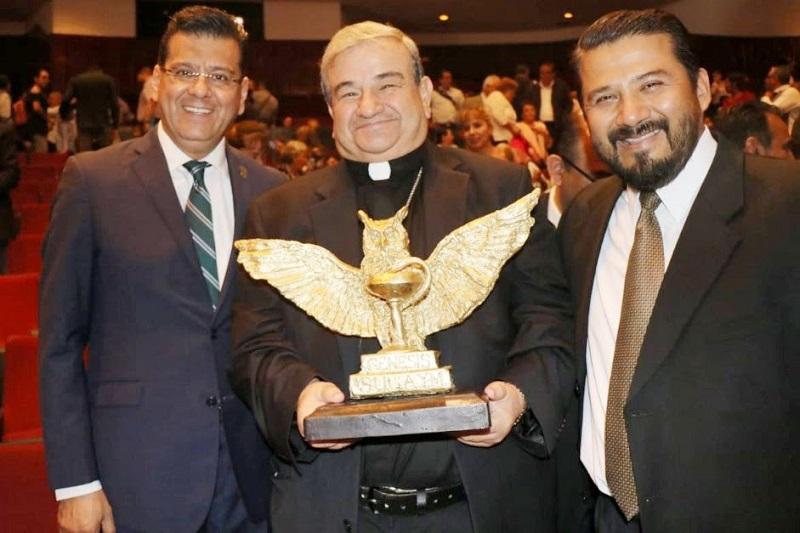 El premio al Mérito Social fue entregado a María Elena Morera Mitre, presidenta de la asociación civil Causa en Común, quien recibió el distintivo de manos del presidente de la Fundación Génesis, Rogelio Díaz Ortiz