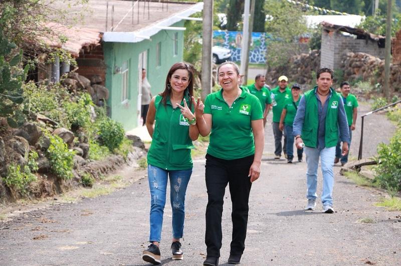 Tras realizar un recorrido por colonias y vialidades de la capital michoacana, Aguirre Ochoa mantuvo acercamiento con mujeres, hombres y jóvenes a quienes presentó el proyecto político del Partido Verde rumbo al Senado