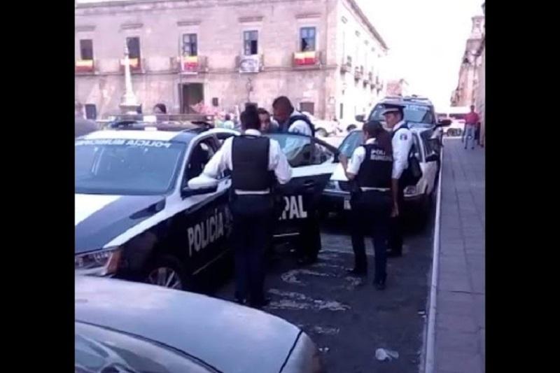 """El hecho se registró cuando Roberto """"X"""" se encontraba estacionado sobre dicha calle a unos pasos de la Avenida Madero Poniente y en un momento determinado un oficial le solicitó que se retirará del lugar"""