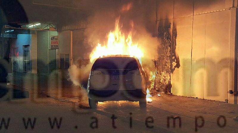 """Al lugar arribaron elementos de Protección Civil, quienes apoyados con """"la pipa"""" de bomberos empezaron a combatir el fuego, el cual lograron controlar pero la unidad motriz ya era pérdida total"""