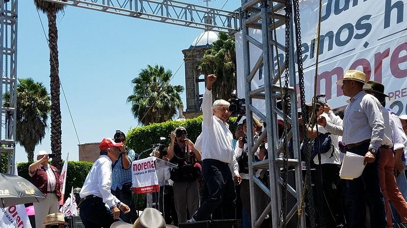 """El político tabasqueño levantaba la mano a Blanca Piña, candidata de Morena al Senado. """"¡Fuera, Piña, fuera Piña!"""", respondían algunos presentes (FOTO: @tatclouthier)"""