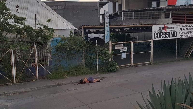 Al dar aviso a las autoridades personal de la Policía Municipal arribó al lugar encontrando en un charco de sangre el cuerpo de una mujer de aproximadamente 20 años de edad, por lo que dieron aviso a personal de Protección Civil Municipal