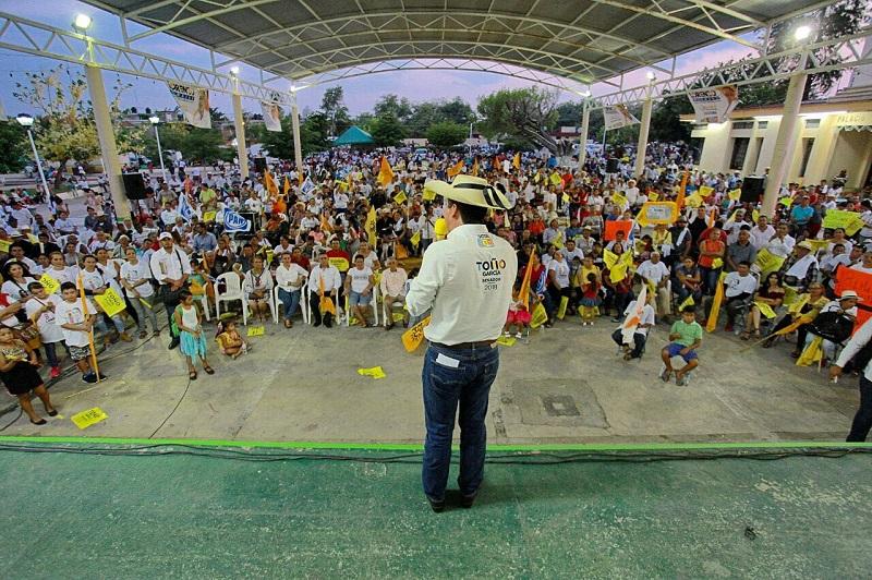 """Ante habitantes de Buenavista Tomatlán, expuso el candidato al Senado por la coalición """"Por México al Frente"""" que realizará gestiones que mejoren la calidad de vida de los michoacanos"""