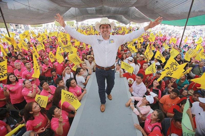 """""""Tengan la confianza de que seré el mejor aliado que el campo michoacano haya tenido"""", expresó ante más de 5 mil trabajadores del campo procedentes de las comunidades y tenencias de Morelia"""
