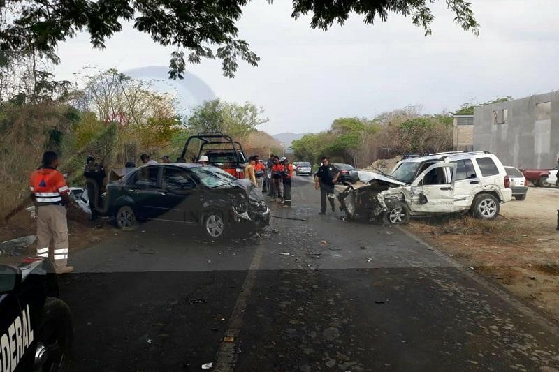 El conductor del taxi quedó prensado y aún con vida alcanzo a solicitar ayuda, pero minutos después al estar trabajando los rescatistas perdió la vida