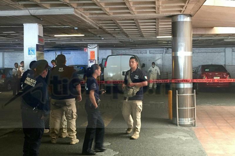 El hallazgo se realizó minutos después del mediodía de este domingo cuando reportaron al número de emergencias que en el estacionamiento de dicha plaza comercial se encontraba una camioneta Van Express y en el interior una persona inconsciente