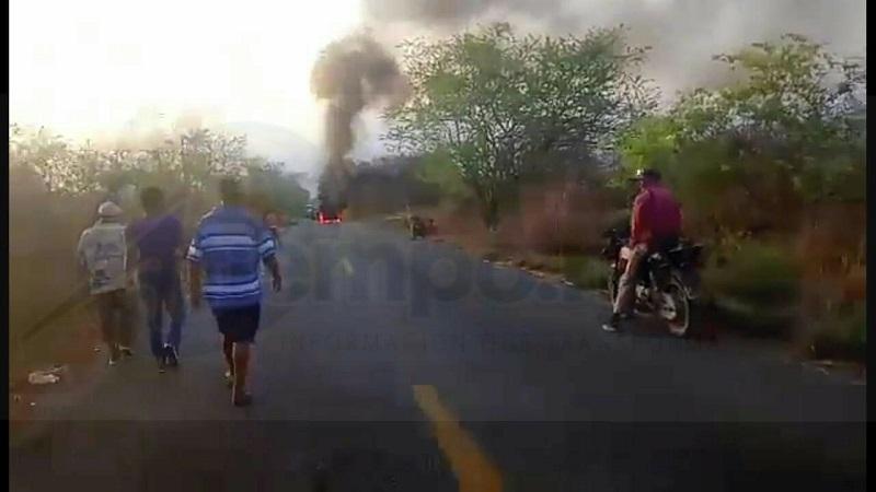 Fue minutos después de las 19:00 horas del domingo que los manifestantes que mantienen el bloqueo en dicha vialidad iniciaron la quema de un vehículo, con el cual se mantiene bloqueada la cinta asfáltica